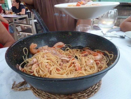 Bar Cantina La Lonja Del Pescado: spaghetti di mariscos già toccati dagli affamati!