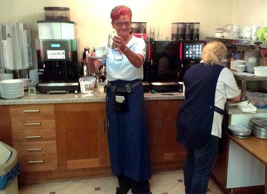 Koehler's Cafe Strickmann: Kaffee Automat mit Fachkraft - diese Dame war nett.
