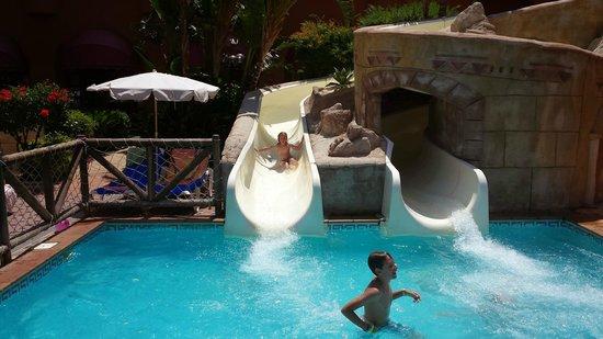 Almuñecar Playa Spa Hotel: Toboganes de la piscina