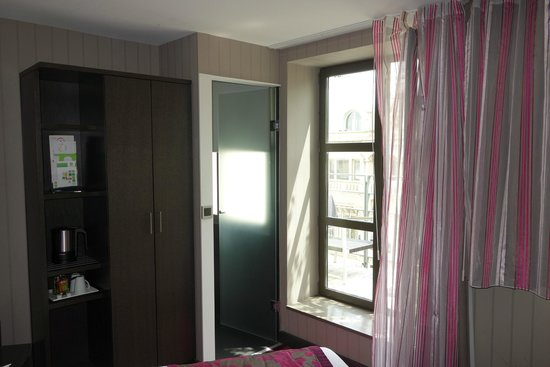 Holiday Inn Paris - Notre Dame: quarto pequeno , 7º andar