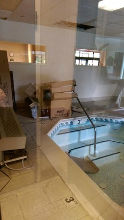 Wingate by Wyndham Rock Hill / Charlotte / Metro Area: Nice no working hot tub , with broken AC units