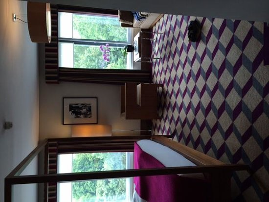 Fitzwilliam Hotel Dublin: View looking into room from entry door