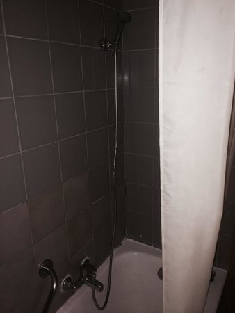 Kipriotis Village Resort: Shower at weird angle and bath is U Shaped so difficult to balance