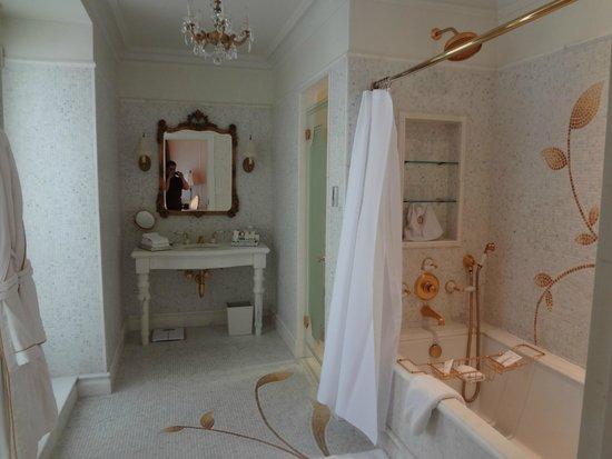 The Plaza: Beautiful bathroom