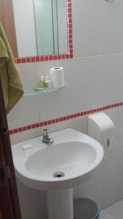 Nomad Buzios Seashore Hostel: Banheiro suíte de frente para o mar - 2º andar
