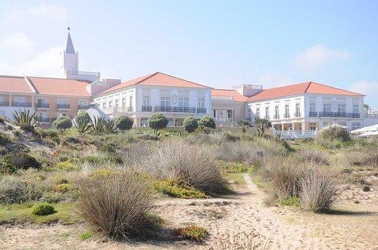 Praia D'El Rey Marriott Golf & Beach Resort: l'hotel visto dal sentiero che conduce alla spiaggia