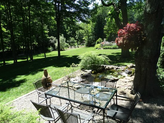Green Acres Bed and Breakfast: patio and partial grounds
