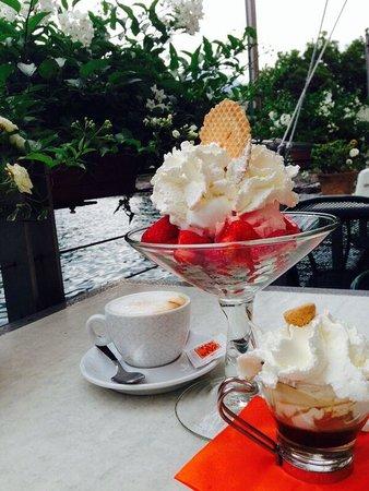 Bar Gelateria Punta Lido: Coffee Amaretto, strawberries with ice-cream