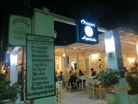 Apostolis Ouzeri: insegna  e vista parziale dei tavoli