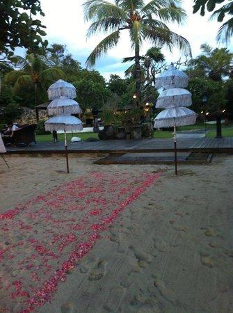 Keraton Jimbaran Beach Resort : Casamiento en la playa del hotel, otra sorpresa hermosa