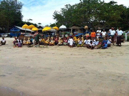 Keraton Jimbaran Beach Resort : ceremonia religiosa en la playa, hermosa sorpresa