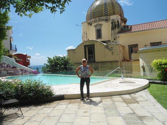 Hotel Palazzo Murat: piscina con vista a la iglesia Santa Maria delle Grazie