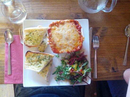 Coach & Horses Inn: Lasagna and garlic bread, delicious! Roughly 10£ (service slightly long, but food is fresh!)