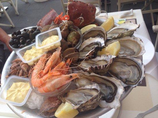 Cafe de Turin: two platters, around 80 euros.两个拼盘拼起来的~����蘸黄油或洋葱醋好好吃!