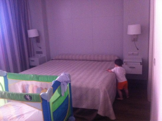 Spring Hotel Bitacora: Habitación con Cama de matrimonio, cuna y sofá cama