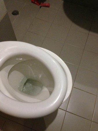 San Pawl Hotel: broken toilet