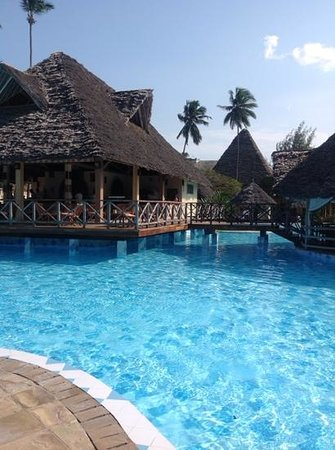 Neptune Pwani Beach Resort & Spa : pool bar
