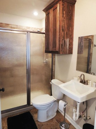 Grandpappy Point : 4 bedroom cabin bathroom