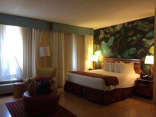 Hotel Indigo San Antonio Riverwalk: Comfortable bedroom