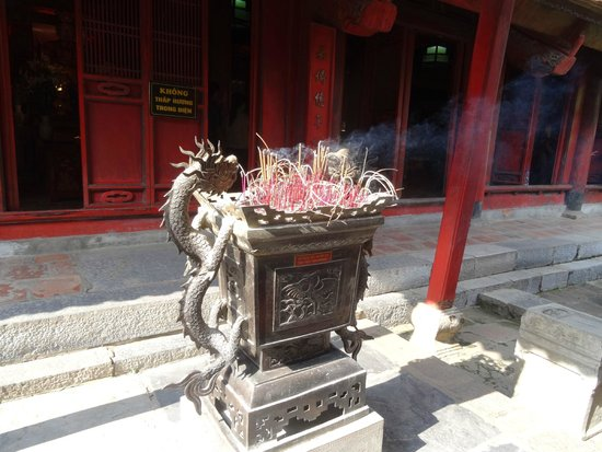 Temple de la Littérature de Hanoï : Incense burner.