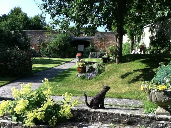 Paradise House B & B: Secluded walled garden