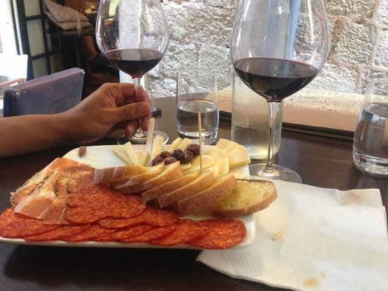 D'vino Wine Bar: Yummy meat and cheese plate