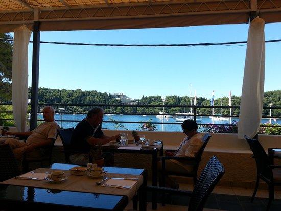 Hotel Supetar: Nice view from breakfast terrace