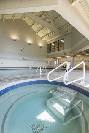 Chickasaw Retreat & Conference Center: Pool and hot tub area