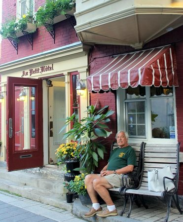Au Petit Hotel: Front entrance area.