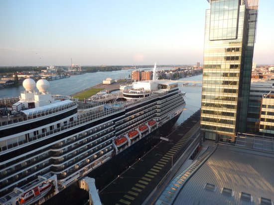 Movenpick Hotel Amsterdam City Center: The Queen Elizabeth II in port