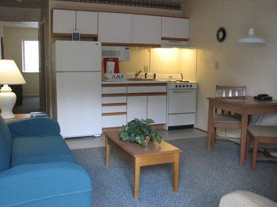 Affordable Corporate Suites Statesville : Full kitchen/Living Room