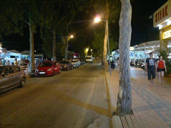 Marathon Hotel: ulica wieczorową porą przy hotelu