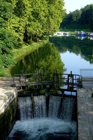 L'Ecluse 52: The canal by the restaurant