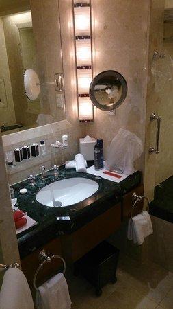 The Peninsula Bangkok: bathroom