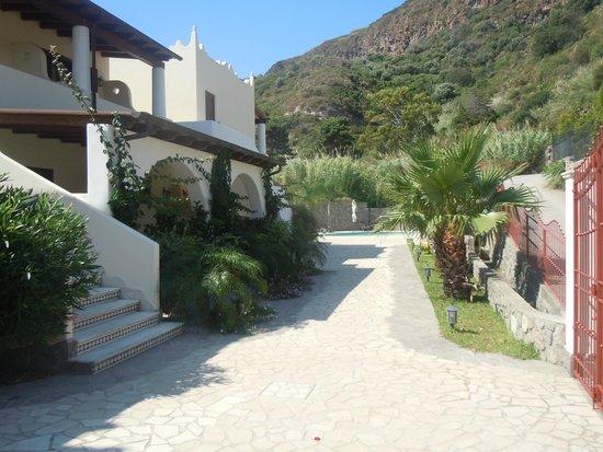Borgo Eolie Hotel: Giardino verso la piscina