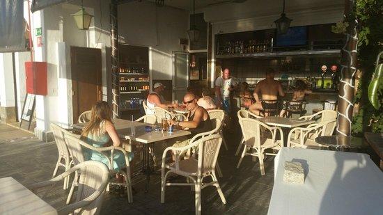 Miriam Apartments: poolbaren. dejlige mennesker og fantastisk kaffe