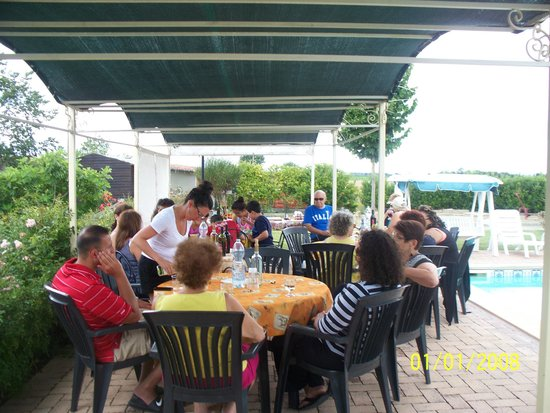 Villa Toscana La Mucchia: dining pool-side