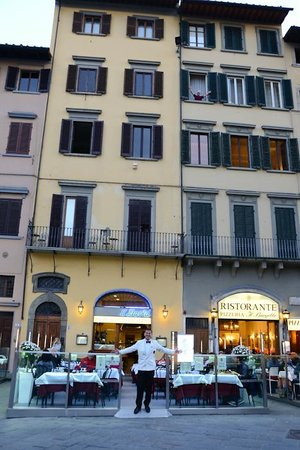 Soggiorno Antica Torre: Entrance between restaurants, crazy hubby in window and waiter