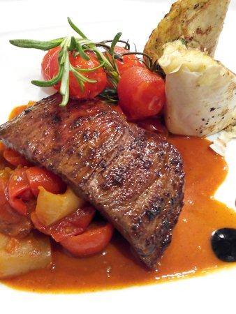Araz Restaurant Budapest : Steak avec ratatouille au paprika et strudel de pomme de terre.