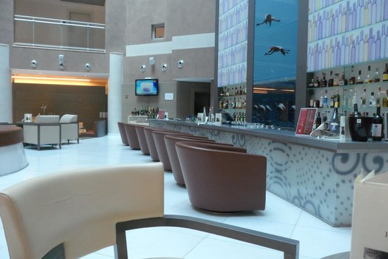 Doubletree by Hilton Olbia: Barra de la cafetería