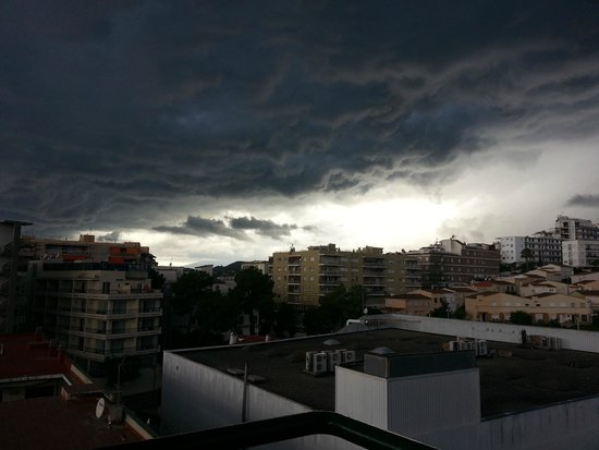 Hostal Magnolia : Storm heading in view from balcony