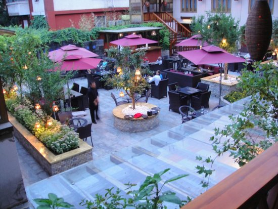 Red Wall Garden Hotel: Patio