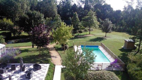 Kyriad Tours - Joué-lès-Tours : vista del giardino con piscina