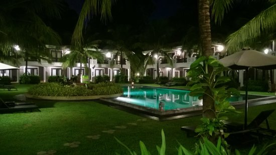Shinta Mani Resort: View of the pool at night