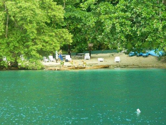 Blue Lagoon : vista de la playita que tiene el hotel que linda con  la laguna