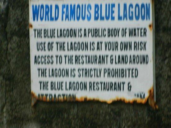 Blue Lagoon : Cartel que cuenta que alli se hizo la pelicula la laguna azul
