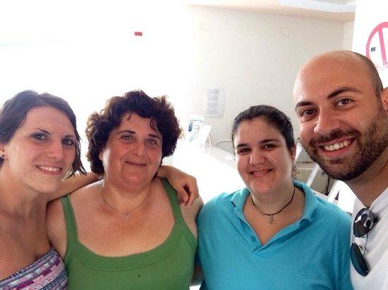 Viglia Beach Apartments: Noi con Irina e Tonia!