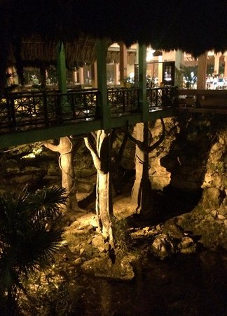 Iberostar Quetzal Playacar: restaurant entrance at night