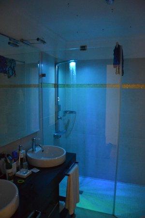 Villa dei Cedri: La cromo terapia in doccia