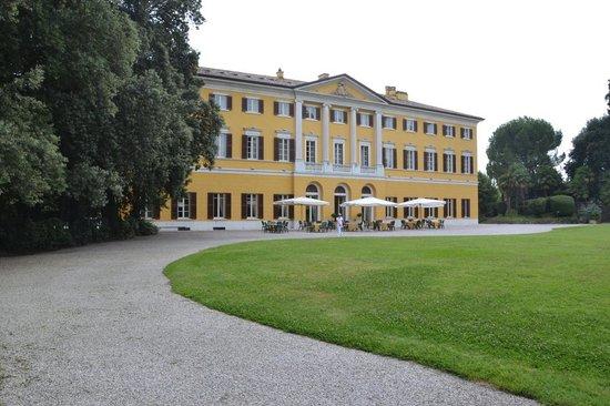 tavoli per la prima colazione - Foto di Villa dei Cedri, Colà ...